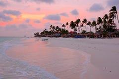 Beau coucher du soleil à la plage de Manchebo sur l'île d'Aruba Photo libre de droits