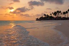 Beau coucher du soleil à la plage de Manchebo sur l'île i d'Aruba Photo libre de droits