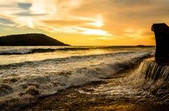 Beau coucher du soleil à la plage de Mazatlan, Mexique Photo stock
