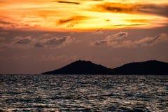 Beau coucher du soleil à la plage de Rayong Image libre de droits