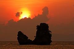 Beau coucher du soleil à la plage de Tanjung Rhu, mer d'Andaman Images libres de droits