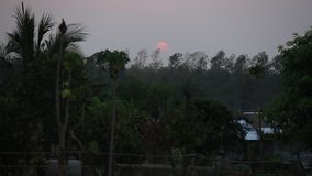 Beau coucher du soleil à la zone rurale de la Thaïlande banque de vidéos