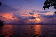 Beau coucher du soleil à un lac photos libres de droits