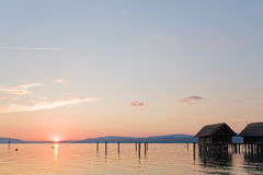 Beau coucher du soleil à un lac Image stock