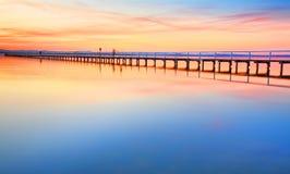 Beau coucher du soleil étonnant à la longue Australie de jetée Images libres de droits