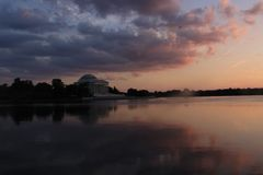 Beau coucher du soleil au bassin de marée avec le mémorial de Jefferson dans le Washington DC images stock