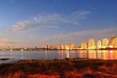 Beau coucher du soleil au bord de la mer de construction photos stock