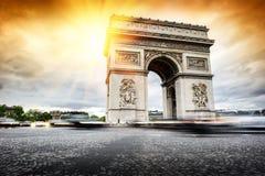 Beau coucher du soleil au-dessus d'Arc de Triomphe, Paris Images libres de droits