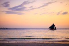 Beau coucher du soleil au-dessus d'océan Image stock
