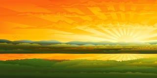 Beau coucher du soleil au-dessus d'un fleuve Images libres de droits