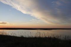 Beau coucher du soleil au-dessus d'un paysage arctique avec des nuages dans le ciel Images libres de droits