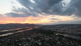 Beau coucher du soleil au-dessus de capitale de Vienne de l'Autriche Photo libre de droits