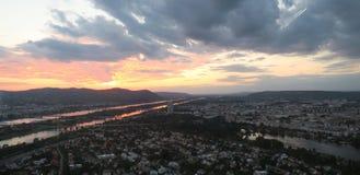 Beau coucher du soleil au-dessus de capitale de Vienne de l'Autriche Image libre de droits