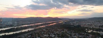 Beau coucher du soleil au-dessus de capitale Vienne d'Austrias Photographie stock libre de droits