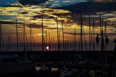Beau coucher du soleil au-dessus de club de yacht sur une mer dans le téléphone Aviv-Jaffa, Israël banque de vidéos