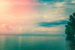Beau coucher du soleil au-dessus de fleuve image libre de droits