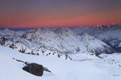 Beau coucher du soleil au-dessus de l'arête de montagne Photographie stock libre de droits