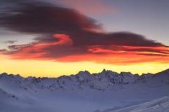 Beau coucher du soleil au-dessus de l'arête de montagne Photos libres de droits