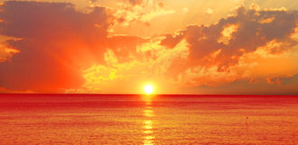 Beau coucher du soleil au-dessus de l'océan Photo libre de droits