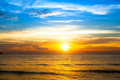 Beau coucher du soleil au-dessus de l'océan Composition normale de vecteur Images libres de droits