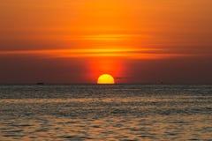 Beau coucher du soleil au-dessus de l'océan Composition normale de vecteur Photos stock