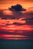 Beau coucher du soleil au-dessus de l'océan Lever de soleil en mer Photos libres de droits