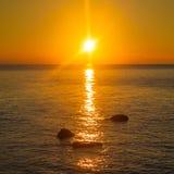 Beau coucher du soleil au-dessus de la mer Image stock