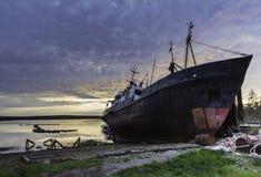 Beau coucher du soleil au-dessus de la mer blanche avec un bateau images stock