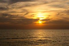 Beau coucher du soleil au-dessus de la mer calme images stock