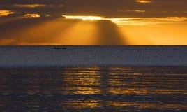 Beau coucher du soleil au-dessus de la mer, coucher du soleil multicolore, fond dramatique, coucher du soleil sur la plage avec l Photos stock