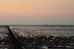 Beau coucher du soleil au-dessus de la mer dans Fryslan image stock