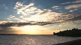 Beau coucher du soleil au-dessus de la mer le jour venteux banque de vidéos
