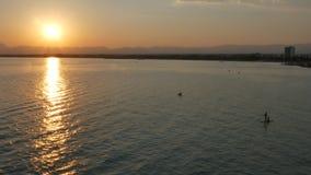 Beau coucher du soleil au-dessus de la mer Méditerranée banque de vidéos