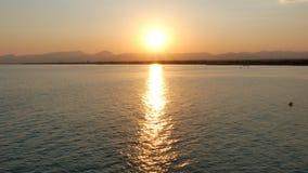 Beau coucher du soleil au-dessus de la mer Méditerranée clips vidéos