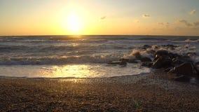 Beau coucher du soleil au-dessus de la Mer Noire avec des roches dans l'eau banque de vidéos