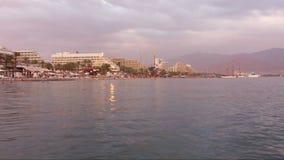 Beau coucher du soleil au-dessus de la Mer Rouge dans Eilat, Israël banque de vidéos