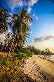 Beau coucher du soleil au-dessus de la mer sur Koh Phangan Photographie stock libre de droits
