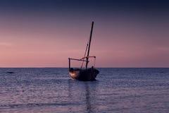 Beau coucher du soleil au-dessus de la mer Un petit bateau de pêche photos stock