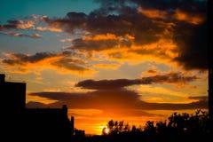 Beau coucher du soleil au-dessus de la ville image stock
