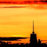 Beau coucher du soleil au-dessus de la ville avec le ciel vif et la construction de beauté Photos stock
