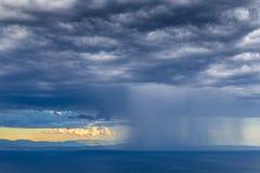 Beau coucher du soleil au-dessus de Mer Adriatique, avec le beau cloudscape dramatique images stock