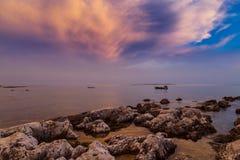 Beau coucher du soleil au-dessus de Mer Adriatique, avec le beau cloudscape dramatique image libre de droits