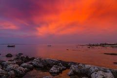 Beau coucher du soleil au-dessus de Mer Adriatique, avec le beau cloudscape dramatique photographie stock