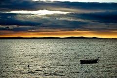 Beau coucher du soleil au-dessus de Mer Adriatique en Dalmatie Photographie stock