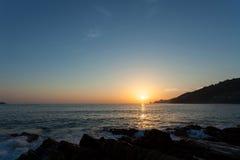 Beau coucher du soleil au-dessus de mer tropicale à phuket Thaïlande Photographie stock libre de droits