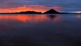 Beau coucher du soleil au-dessus de paysage islandais avec les montagnes vulcanic banque de vidéos