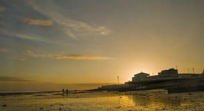 Beau coucher du soleil au-dessus de pilier à marée basse Photo libre de droits
