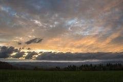 Beau coucher du soleil au-dessus de pré avec Mountain View Images stock