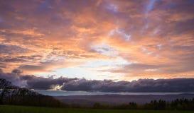 Beau coucher du soleil au-dessus de pré avec Mountain View Image stock