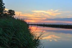 Beau coucher du soleil au-dessus de rivière dans le greifswald Allemagne photo stock